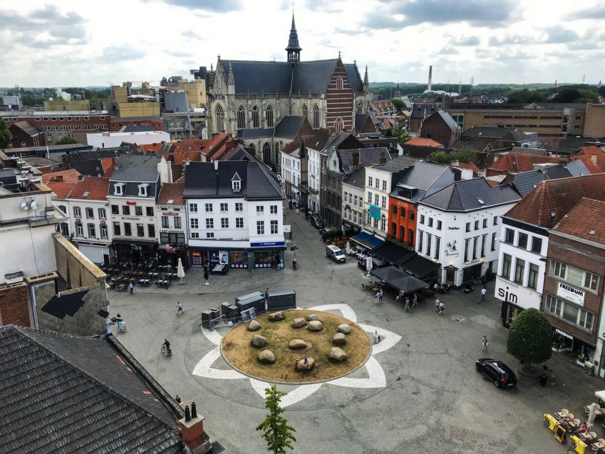 Vanop het balkon van het belfort op de grote markt van Aalst en de Sint Martinuskerk